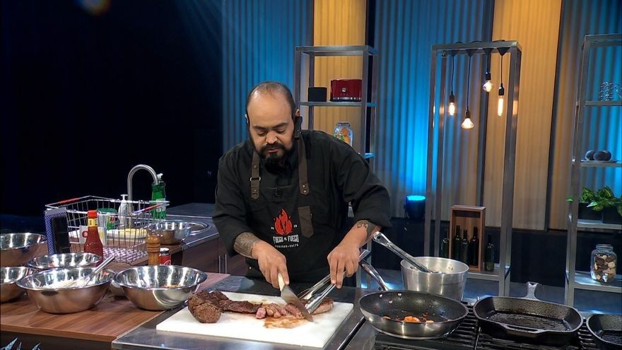 Prepara diferentes cortes de carne al estilo de Como lo haría Arturo