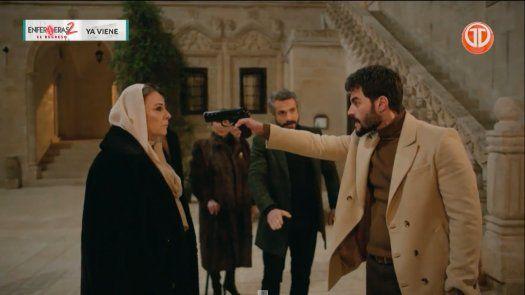 Azize le dice a Miran que su madre está viva