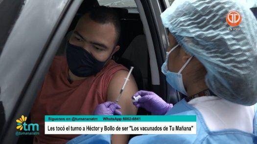 Los Chefs de Tu Mañana Héctor Correa y Sergio Landero se vacunan contra el Covid-19.