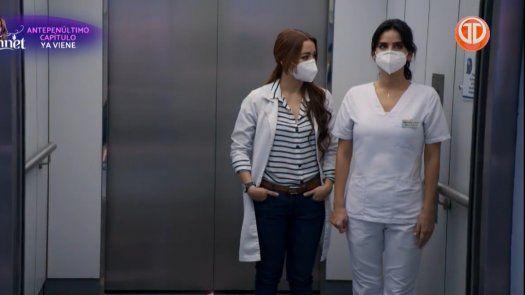 ENFERMERAS | Helena le aconseja a María Clara que no se entrometa entre el bebé y Carlos