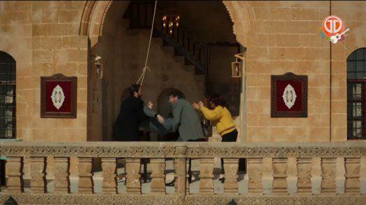 Por un momento Cihan y Handan descuidan a Yaren.