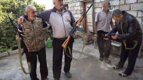 Nagorno-Karabaj: Voluntarios reciben fusiles automáticos