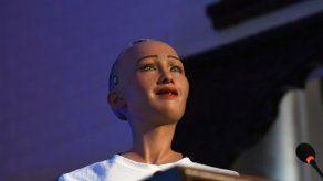 La robot Sophia tiene un mal día y no puede subirse al escenario de eMerge