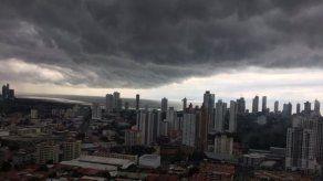 {alttext(El Sinaproc emitió un aviso de vigilancia hasta el 1 de agosto por la interacción de la Zona de Convergencia Intertropical y un sistema de baja presión con la Onda Tropical #22.,Prevén lluvias hasta el domingo por paso de la Onda Tropical #22 sobre Panamá)}