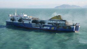 Ferry griego incendiado