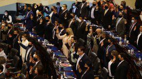 La nueva Asamblea salvadoreña destituye a funcionarios enfrentados a Bukele.