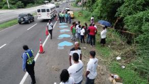 Familiares y amigos de víctimas del accidente en Las Lajas pintan corazones azules