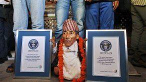 Nepalí de 72 años es declarado la persona más pequeña del mundo