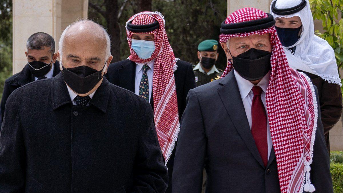 El príncipe Hamzah hizo llegar a los medios internacionales, unos vídeos en los que criticaba la corrupción y el nepotismo en su país, aunque solo dos días después de quedar recluido en su casa envió un mensaje al rey Abdalá II prometiéndole lealtad.