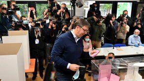Aplastante victoria del partido del presidente en legislativas en Serbia