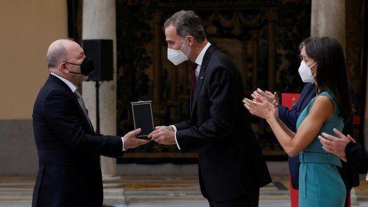 El panameño Rubén Blades recibe la medalla de manos del rey Felipe VI.