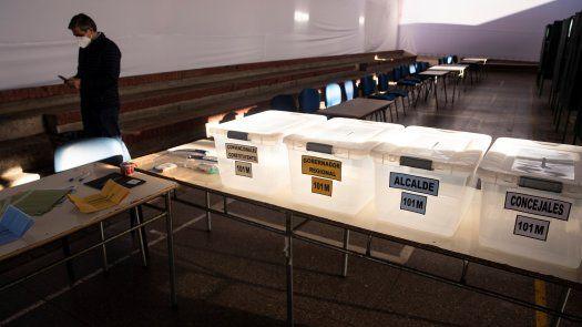 Urnas de votación en Chile, para los comicios donde elegirán representantes municipales, gobernadores regionales y constituyentes para la redacción de la nueva Carta Magna.