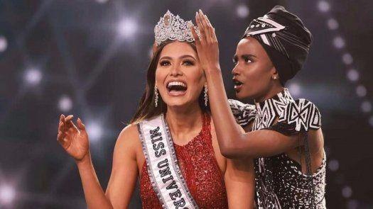 La Miss Universo Andrea Meza, muestra su emoción tras coronarse en la 69na edición del evento de belleza.