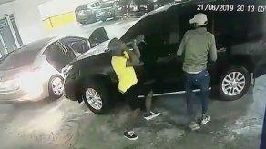 Delincuentes interceptan a una mujer en un edificio en Pueblo Nuevo para robarle