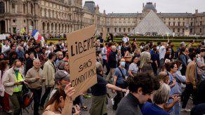 Con gritos y carteles que denunciaban lo que consideran dictadura sanitaria, pidiendo dejad en paz mi cuerpo o libertad o denunciando que la covid mata la democracia, los manifestantes desfilaron para mostrar su descontento.
