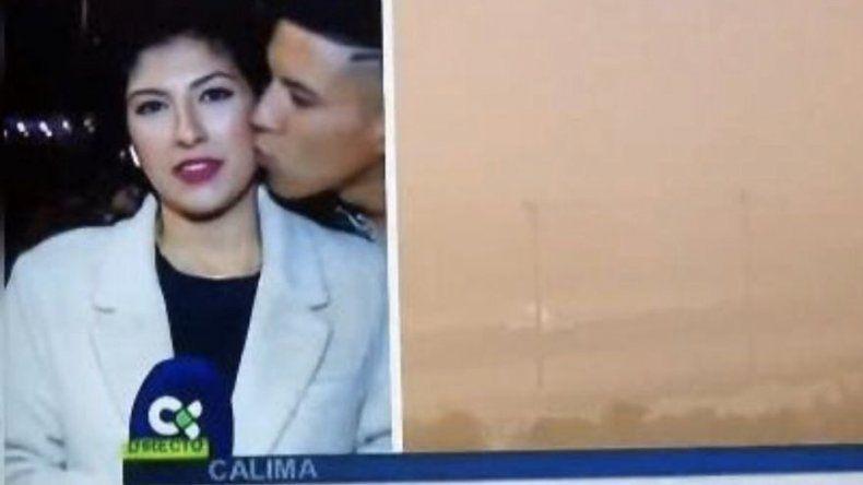 Un joven que besó a periodista en directo, multado en España por abuso sexual