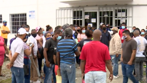 Cerca de 150 personas exigen entrega del bono en la Junta Comunal de Curundú