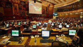 Parlamento de Ecuador destituye a su presidente e inicia juicio contra fiscal