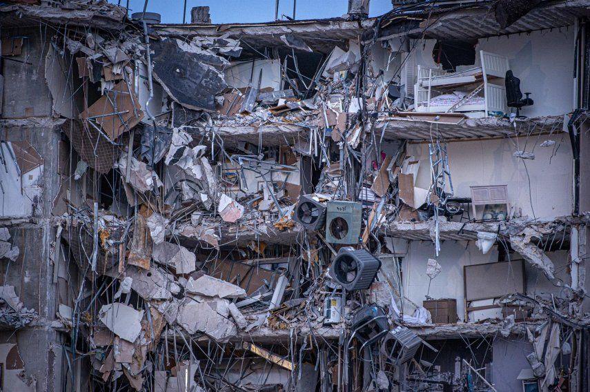 Vista exterior del edificio de 12 pisos derrumbado parcialmente hoy
