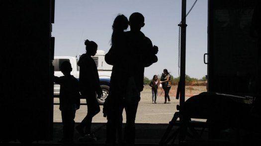 Los eligen de entre un grupo de migrantes que buscan un paso seguro a través de la frontera a cambio de un descuento en su cuota de contrabando, señaló Manjarrez, y añadió que les dicen que sigan un vehículo guía.