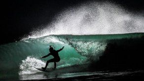 Los surfistas nocturnos que bailan en las bravas olas de la Bretaña