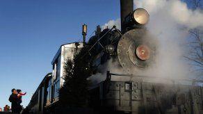 Voluntarios buscan resucitar locomotora de vapor en Maine