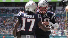 Brown debuta con touchdown en paliza de Patriots a Miami