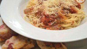 Spaghetti con salsa de hierbas y Tostaditas de Salami