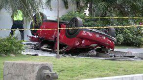 Mueren tres personas tras caída de vehículo desde tercer piso de un estacionamiento