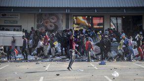 El estallido de violenciaen Sudáfrica estuvo alimentado por problemas sociales preexistentes, como la extrema desigualdad, el desempleo, los elevados niveles de criminalidad general en el país y el malestar por la pandemia de covid-19.