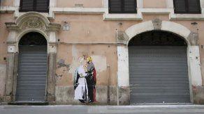 Aparece en el centro de Roma un dibujo del papa y Trump besándose
