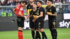 Alexis anota pero es expulsado; Inter sigue perfecto