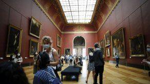 Mona Lisa vuelve al trabajo en la reapertura del Louvre