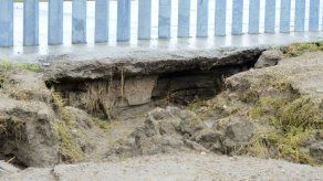 Tormenta Hanna erosiona suelo de muro fronterizo de EEUU