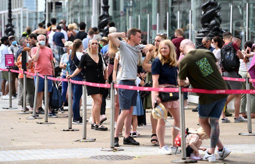 Según los últimos datos oficiales suministrados por el ministerio británico de Sanidad el número de contagios registrados en el Reino Unido en 24 horas de enfermos que se sometieron a una prueba de laboratorio fue de 10.476.