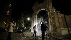 Familia de joven presiona a Vaticano tras hallazgo de huesos