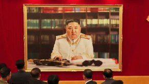 Líder norcoreano posa con uniforme militar y un rifle en un nuevo retrato