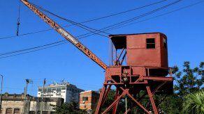 Grúas reconvertidas en monumentos lavan la cara del puerto viejo de Asunción