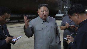 Kim inspecciona submarino