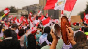 Perú, que tuvo tres presidentes en 2020, sufre la incertidumbre, mientras Fujimori, moviliza a sus seguidores a las calles para denunciar fraude y hechos muy graves en la votación y el escrutinio.