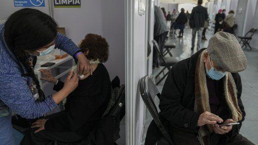 En Chile la Universidad Católica desarrolla un ensayo clínico para estudiar el efecto del inmunizante en 4,000 niños de 3 a 17 años y que se encuentra en la fase final de reclutamiento.