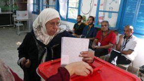 Abstención y apatía marcan primeras horas de votación en Túnez