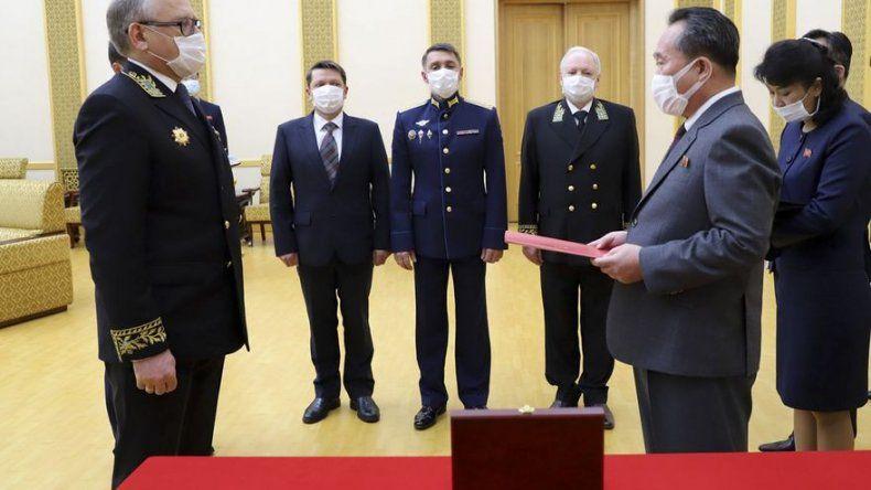 Putin concede medalla conmemorativa de la IIGM a Kim Jong Un