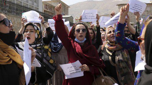 Un documento distribuido por las manifestantes pedía que se conceda a las mujeres afganas el pleno derecho a la educación, a contribuciones sociales y política.