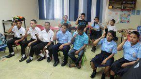 Buscan implementar lenguaje de señas en colegios oficiales