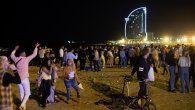 En España cientos de personas salieron a celebrar este fin de semana el cese de las restricciones.