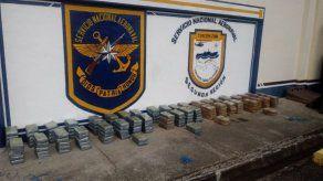 Decomisan 208 paquetes de presunta droga dentro de una embarcación en Colón