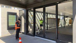 Hombre con hacha rompe puertas de Parlamento de N. Zelanda