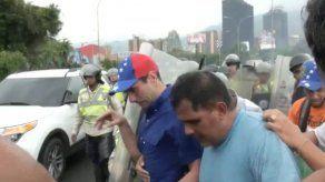 Capriles es agredido con gases lacrimógenos lanzados por policías en Caracas