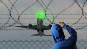 Piloto sufre daño en la visión por luz láser antes de aterrizar en Orlando